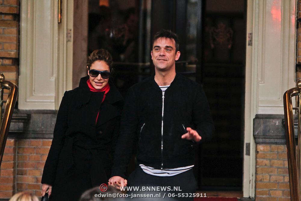 NLD/Amsterdam/20101127 - Take That verlaat hun hotel in Amsterdam, Robbie Williams en partner Ayda Field