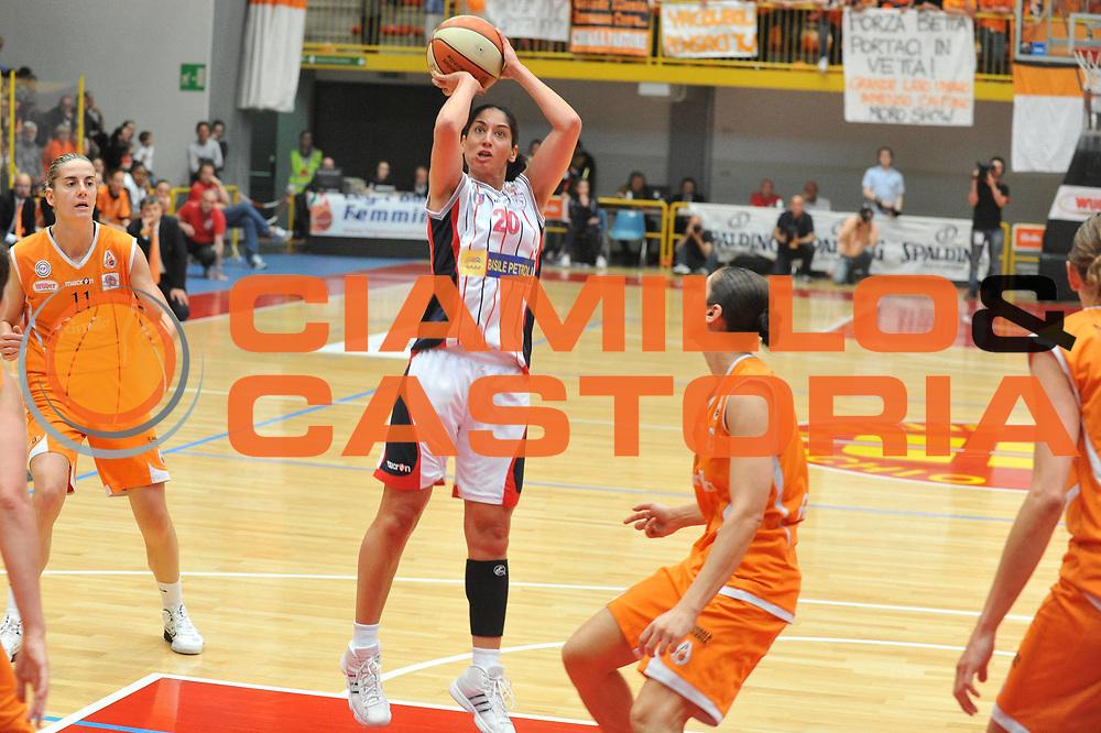 DESCRIZIONE : Schio LBF Playoff Finale Gara 3 Famila Wuber Schio Cras Basket Taranto<br /> GIOCATORE : Michelle Greco<br /> SQUADRA : Famila Wuber Schio Cras Basket Taranto<br /> EVENTO : Campionato Lega Basket Femminile A1 2010-2011<br /> GARA : Famila Wuber Schio Cras Basket Taranto<br /> DATA : 05/05/2011 <br /> CATEGORIA : Tiro<br /> SPORT : Pallacanestro <br /> AUTORE : Agenzia Ciamillo-Castoria/M.Gregolin<br /> Galleria : Lega Basket Femminile 2010-2011<br /> Fotonotizia : Schio LBF Playoff Finale Gara 3 Famila Wuber Schio Cras Basket Taranto<br /> Predefinita :