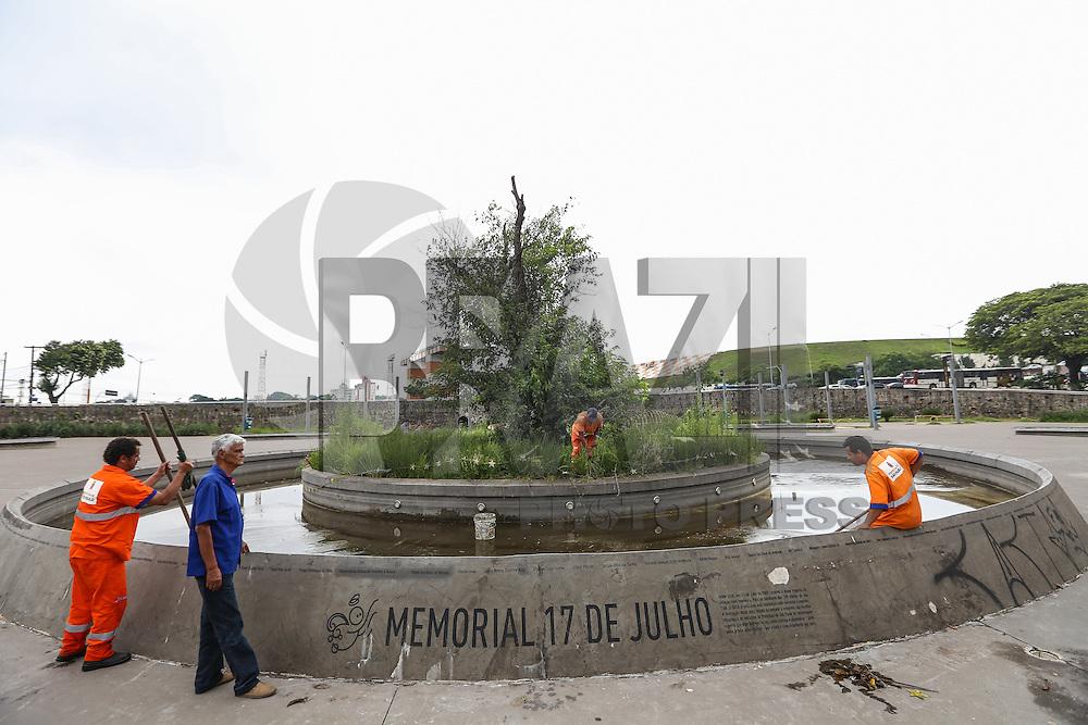 SÃO PAULO, SP, 09.12.2015 - DENGUE-PREVENÇÃO - Funcionários da prefeitura realizam trabalho de limpeza e prevenção na Praça Memorial 17 de Julho, localizada na Avenida Washington Luiz, em frente ao Aeroporto de Congonhas, na Zona Sul de São Paulo, nesta quarta-feira, 09. O objetivo da ação foi detectar e exterminar possíveis focos de proliferação do mosquito Aedes aegypti, transmissor de doenças como a dengue, chikungunya e zika vírus. Não foram encontradas larvas do mosquito, mas o tratamento preventivo foi realizado durante a visita. (Foto: Vanessa Carvalho/Brazil Photo Press)