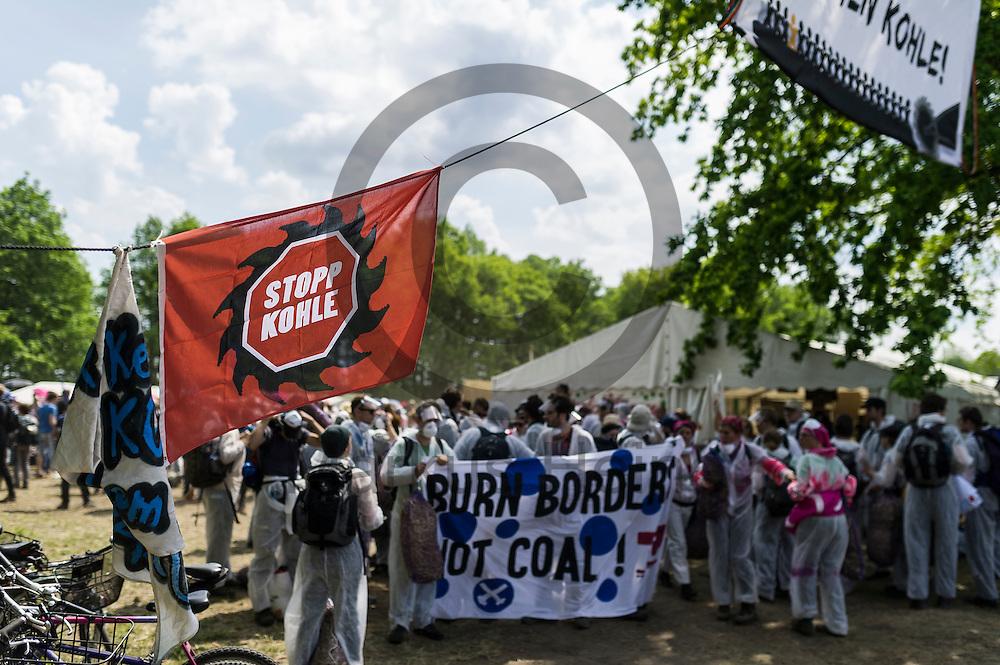 Aktivisten machen sich am 13.05.2016 im Lausitzcamp bei Proschim, Deutschland auf dem weg zu dem Braunkohlentagebau Welzow-S&uuml;d. Mehrere Tausend Aktivisten haben den  Braunkohlentagebau blockiert um gegen die Nutzung von fossilen Brennstoffen zu protestieren. Foto: Markus Heine / heineimaging<br /> <br /> <br /> ------------------------------<br /> <br /> Ver&ouml;ffentlichung nur mit Fotografennennung, sowie gegen Honorar und Belegexemplar.<br /> <br /> Bankverbindung:<br /> IBAN: DE65660908000004437497<br /> BIC CODE: GENODE61BBB<br /> Badische Beamten Bank Karlsruhe<br /> <br /> USt-IdNr: DE291853306<br /> <br /> Please note:<br /> All rights reserved! Don't publish without copyright!<br /> <br /> Stand: 05.2016<br /> <br /> ------------------------------<br /> <br /> ------------------------------<br /> <br /> Ver&ouml;ffentlichung nur mit Fotografennennung, sowie gegen Honorar und Belegexemplar.<br /> <br /> Bankverbindung:<br /> IBAN: DE65660908000004437497<br /> BIC CODE: GENODE61BBB<br /> Badische Beamten Bank Karlsruhe<br /> <br /> USt-IdNr: DE291853306<br /> <br /> Please note:<br /> All rights reserved! Don't publish without copyright!<br /> <br /> Stand: 05.2016<br /> <br /> ------------------------------