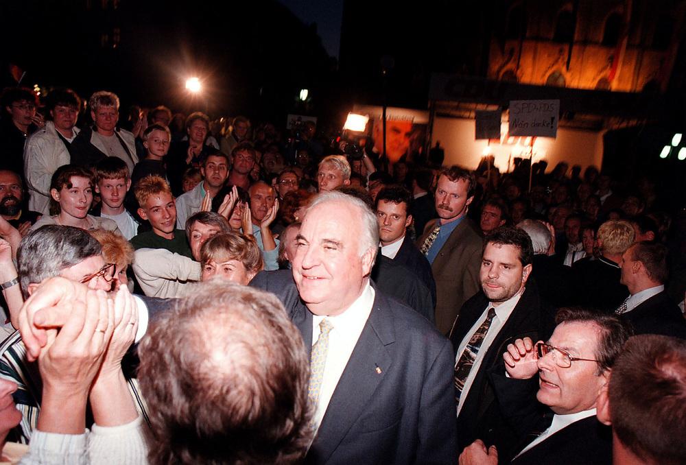 &copy;  christian  JUNGEBLODT.<br />WAHL 1998 - Wahlkampf<br />CDU - Dr. Helmut Kohl , Bundeskanzler<br />Wahlkampfveranstaltung in Weimar<br />Das Bad in der Menge ...<br />08.09.1998