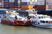 Mannheim. 29.07.17 | &Uuml;bung um M&uuml;hlauhafen<br /> M&uuml;hlauhafen. Rettungs&uuml;bung von Feuerwehr DLRG und ASB. Das Szenario: Ein Fahrgastschiff brennt und die Passagiere m&uuml;ssen gerettet werden. <br /> Auf der MS Oberrhein wird ge&uuml;bt. Dazu ankert das Schiff in der Fahrrinne des M&uuml;hlauhafens. Das Feuerl&ouml;schboot Metropolregion 1 kommt dazu.<br /> <br /> BILD- ID 0924 |<br /> Bild: Markus Prosswitz 29JUL17 / masterpress (Bild ist honorarpflichtig - No Model Release!)