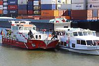 Mannheim. 29.07.17   &Uuml;bung um M&uuml;hlauhafen<br /> M&uuml;hlauhafen. Rettungs&uuml;bung von Feuerwehr DLRG und ASB. Das Szenario: Ein Fahrgastschiff brennt und die Passagiere m&uuml;ssen gerettet werden. <br /> Auf der MS Oberrhein wird ge&uuml;bt. Dazu ankert das Schiff in der Fahrrinne des M&uuml;hlauhafens. Das Feuerl&ouml;schboot Metropolregion 1 kommt dazu.<br /> <br /> BILD- ID 0924  <br /> Bild: Markus Prosswitz 29JUL17 / masterpress (Bild ist honorarpflichtig - No Model Release!)