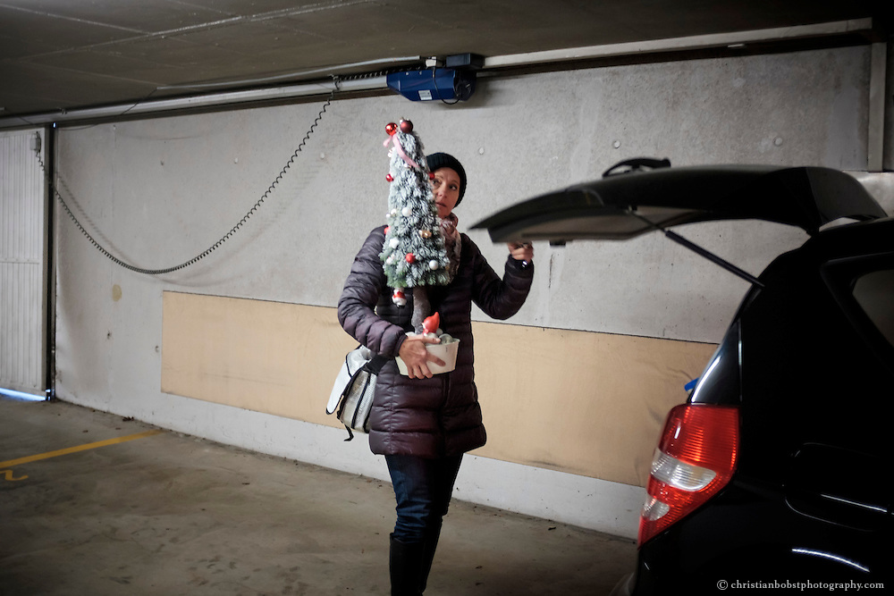 Nicole Ferrero macht sich auf den Weg zum Friedhof, wo ihre Tochter begraben liegt. Der Kunstweihnachtsbaum wird über Weihnachten Melinas Grab schmücken. Auf diese Weise feiert die Familien Weihnachten noch immer ein bisschen zusammen.