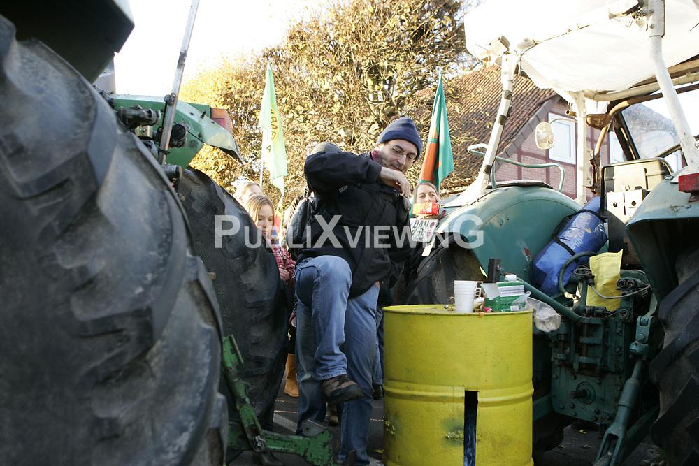 Am Rande der gro&szlig;en Anti-Atom-Kundgebung bei Dannenberg blockieren Landwirte eine der beiden m&ouml;glichen Transportstrecken f&uuml;r den Castor. Sie verkeilen dazu mehrere Landmaschinen.<br /> <br /> Ort: Splietau<br /> Copyright: Karin Behr<br /> Quelle: PubliXviewinG