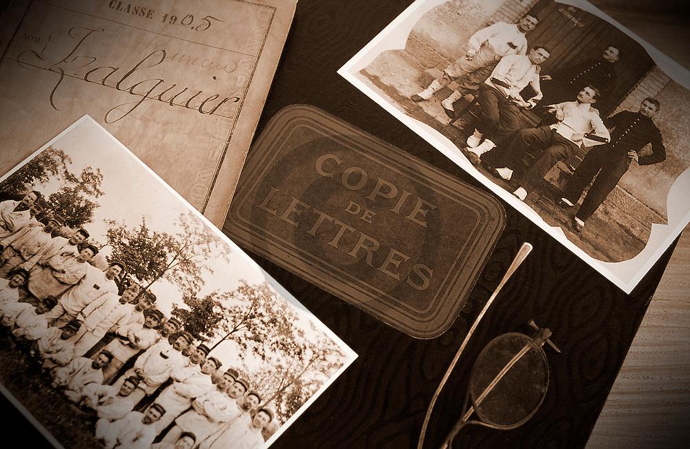 28/09/05 - THIERS - PUY DE DOME - FRANCE - Composition de photographies de familles pour illustrer des sujets lies a la genealogie - Photo Jerome CHABANNE