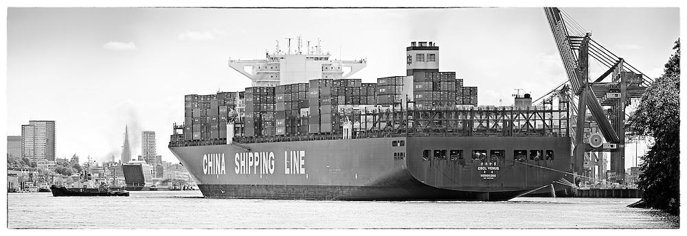 Containerschiff CSCL Venus wird von Schleppern gezogen