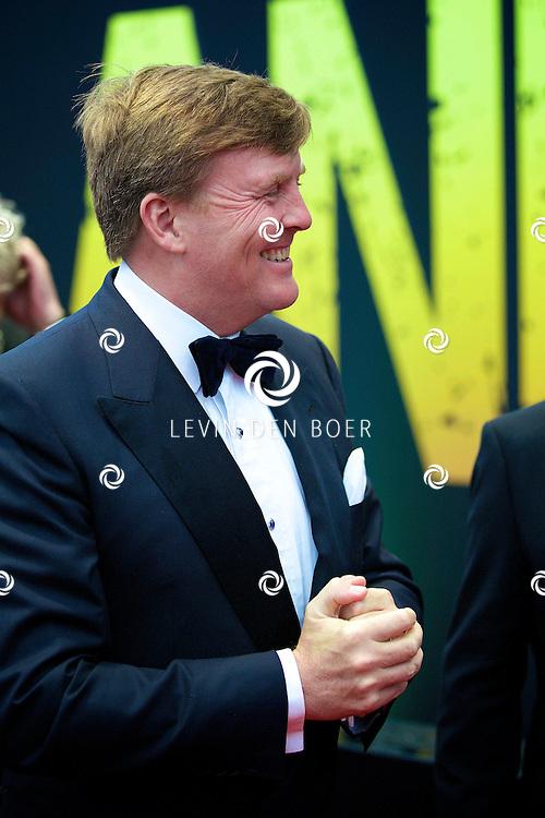 AMSTERDAM - Wereldpremière Anne in het Theater Amsterdam. Diversen Bekende Nederlanders kwamen over de rode loper naar deze voorstelling. Met hier op de foto  Koning Willem-Alexander. FOTO LEVIN DEN BOER - PERSFOTO.NU