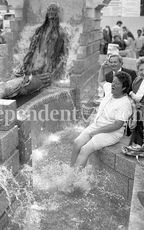 'Takingt A Paddle' Eileen Moroney from Kilbarrack paddles in the Anna Livia Statue which was unveiled in Dublin's O'Connell St, June 1988 (Part of the Independent Newspapers Ireland/NLI Collection).
