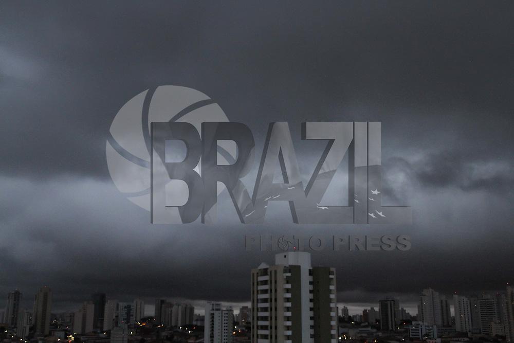 S&Atilde;O PAULO, SP, 28/03/2012, NUVENS CARREGADAS.<br /> <br /> A passagem de uma frente fria pelo estado de S&atilde;o Paulo, fez a temperatura despencar nessa quarta-feira, al&eacute;m de deixar o c&eacute;u encoberto e com nuvens carregadas, pode chover a qualquer hora do dia.<br /> <br /> Luiz Guarnieri/ Brazil Photo Press