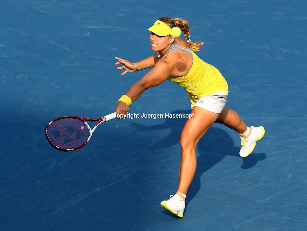 Dubai Tennis Championships 2013,WTA Tennis Turnier,International Series,Dubai Tennis Stadium, U.A.E., Angelique Kerber (GER), Aktion,Einzelbild,Ganzkoerper, Querformat,von oben,