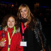 NLD/Harderwijk/20100320 - Opening nieuwe Dolfinarium seizoen met nieuwe show, zangeres Dewi Pechler met dochter Nomi