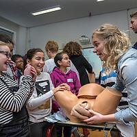 Nederland, Amsterdam, 12 februari 2017.<br /> Gynaecologieles aan kinderen met een achterstandspositie op de weekendschool Bredero College in Amsterdam Noord.<br /> <br /> <br /> <br /> Foto: Jean-Pierre Jans
