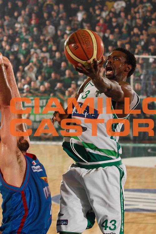 DESCRIZIONE : Avellino Lega A 2011-12 Sidigas Avellino Novipiu Casale Monferrato<br /> GIOCATORE : Linton Johnson<br /> SQUADRA : Sidigas Avellino <br /> EVENTO : Campionato Lega A 2011-2012<br /> GARA : Sidigas Avellino Novipiu Casale Monferrato<br /> DATA : 20/11/2011<br /> CATEGORIA : tiro<br /> SPORT : Pallacanestro<br /> AUTORE : Agenzia Ciamillo-Castoria/A.De Lise<br /> Galleria : Lega Basket A 2011-2012<br /> Fotonotizia : Avellino Lega A 2011-12 Sidigas Avellino Novipiu Casale Monferrato<br /> Predefinita :