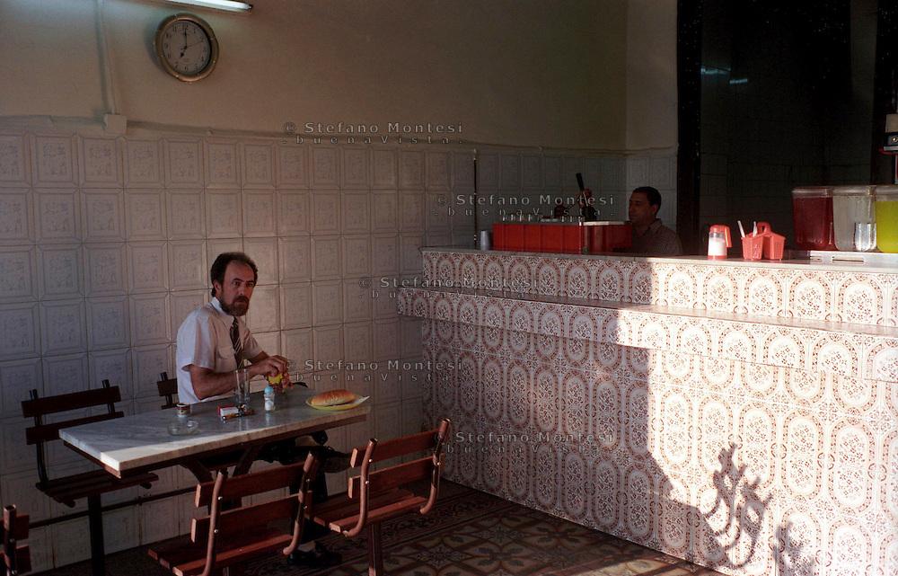 Libyan Arab Jamahiriya   .Tripoli       June 2002. The Medina, Breakfast in the morning in a bar.Libia Tripoli  Giugno 2002.La Medina, la colazione della mattina.
