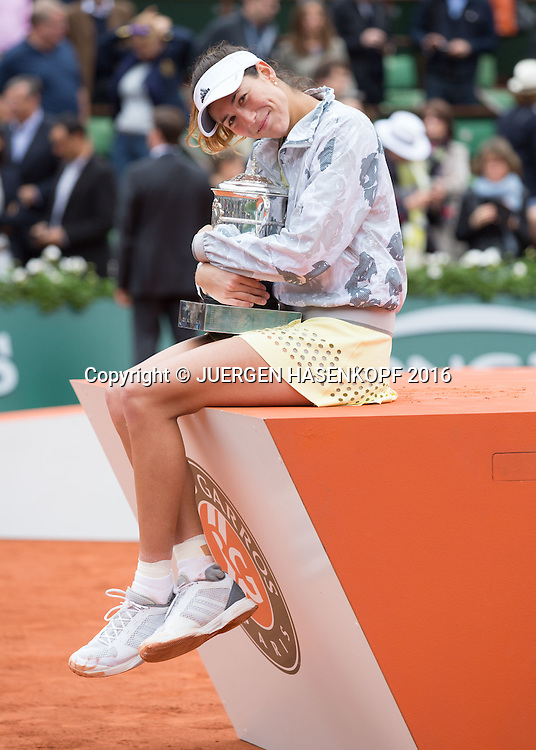 Siegerin Garbine Muguruza (ESP)  mit Pokal,Siegerehrung,Praesentation,Damen Finale,<br /> <br /> Tennis - French Open 2016 - Grand Slam ITF / ATP / WTA -  Roland Garros - Paris -  - France  - 4 June 2016.