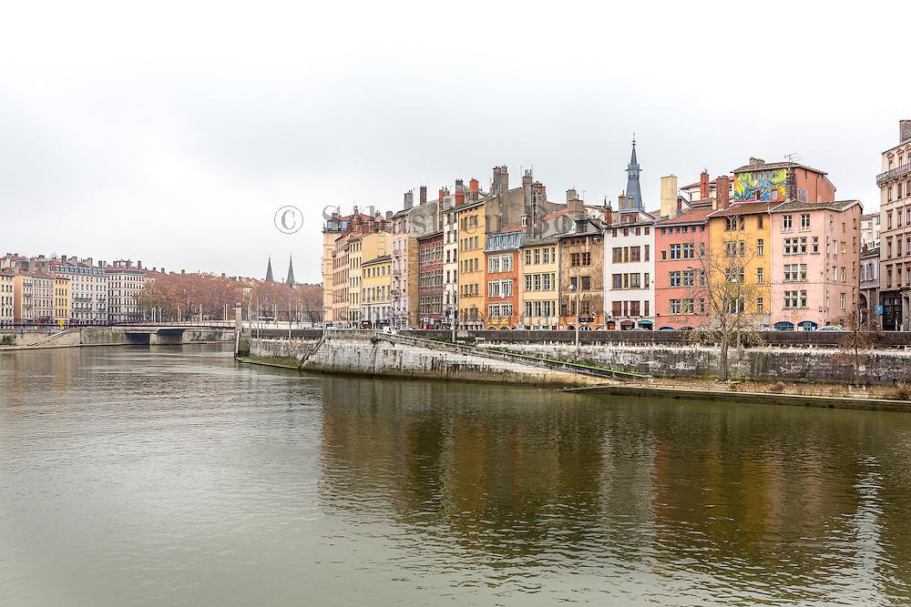 Facades d'immeubles du vieux Lyon depuis les berges de la Saône // Buildings facades of Lyon old town from Saône riverside