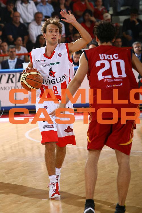 DESCRIZIONE : Teramo Lega A1 2007-08 Siviglia Wear Teramo Lottomatica Virtus Roma<br />GIOCATORE : Giuseppe Poeta<br />SQUADRA : Siviglia Wear Teramo<br />EVENTO : Campionato Lega A1 2007-2008 <br />GARA : Premiata Montegranaro Upim Fortitudo Bologna <br />DATA : 04/10/2007 <br />CATEGORIA : Palleggio<br />SPORT : Pallacanestro <br />AUTORE : Agenzia Ciamillo-Castoria/M.Carrelli