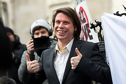© Licensed to London News Pictures. 05/02/2018. London, UK. Alleged computer hacker Lauri Love leaves the High Court after successfully challenged a ruling that he can be extradited to the US. Photo credit : Tom Nicholson/LNP