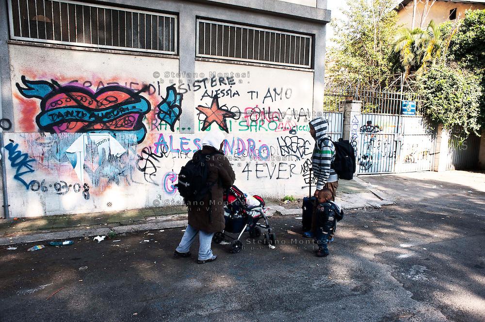 Roma 25 Marzo 2011.Sgombrata ex caserma in dismissione in via dei Papareschi a Roma occupata ieri dai Movimenti per il diritto all'abitare.  Gli occupanti lasciano l'ex caserma