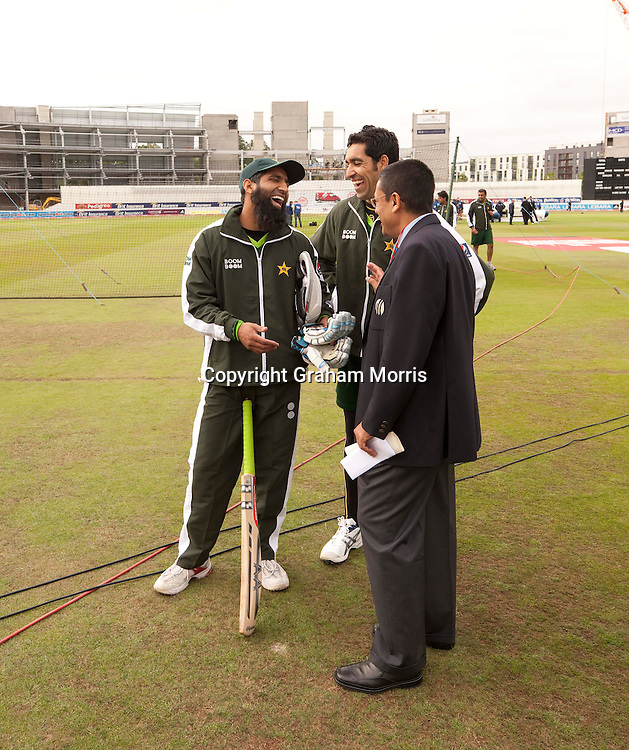 Newly arrived (and left out) Mohammad Yousuf (left) laughs with Umar Gul and Match Referee Ranjan Madugalle (right) before the second npower Test Match between England and Pakistan at Edgbaston, Birmingham.  Photo: Graham Morris (Tel: +44(0)20 8969 4192 Email: sales@cricketpix.com) 06/08/10
