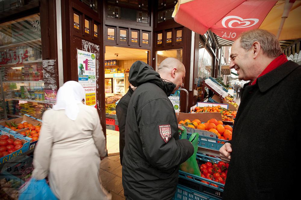 Job Cohen vraagt in de Kanaalstraat in Utrecht aan een man waarom hij niet meer op de PvdA stemt. Cohen voert samen met Marleen Barth en Bert de Vries voor de PvdA campagne in Utrecht voor de Provinciale Statenverkiezingen.<br /> <br /> Job Cohen, leader of the Dutch Labour Party PvdA, is talking to a man on the street. PvdA is campaigning for the next elections.