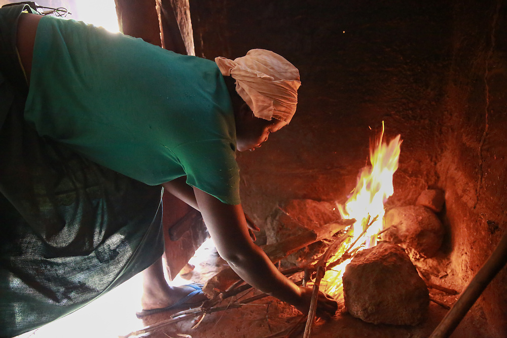 CAPTION: Catherine Anaso prepares a meal of sweet potatoes and beans for her husband and children. LOCATION: Apapai Parish, Otuboi Sub-county, Kalaki County, Kaberamaido District, Uganda. INDIVIDUAL(S) PHOTOGRAPHED: Catherine Anaso.