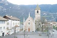 Italie, Kurtinig, Cortina, 20080403.<br /> Dorpsplein met kerk. Bergen op de achtergrond.<br /> Trento, Dolomieten<br /> <br /> Italy, Kurtinig, Cortina, 20080403.<br /> Village square with church. Mountains in the background.<br /> Trento, Dolomites