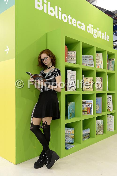 &copy; Filippo Alfero<br /> Salone del Libro 2017<br /> Torino, 20/05/2017<br /> Nella foto: vitainsalto, una lettrice