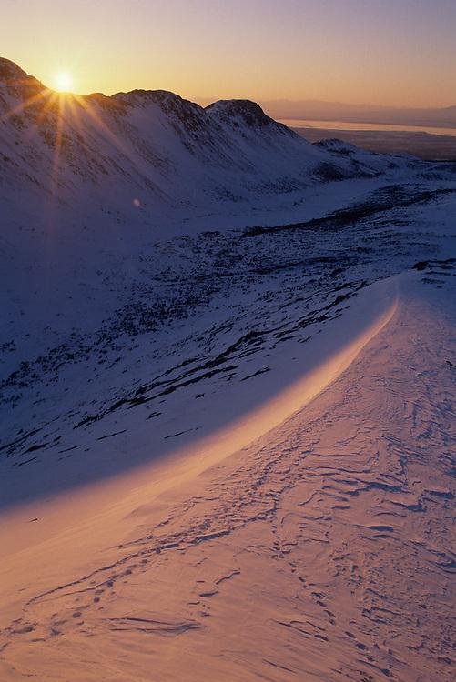 USA, Alaska, Chugach State Park, Setting winter sun in Chugach Range peaks near Anchorage