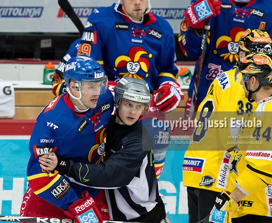 Jarkko Ruutu menossa jäähylle. Jokerit - SaiPa. SM-liiga. 14.11.2013. Photo: Jussi Eskola