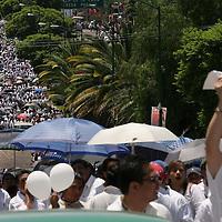 Oaxaca, Mex.- Personas de la sociedad civil del estado de Oaxaca, participan en una marcha convocada por empresarios y organizaciones privadas para pedir al magisterio Oaxaqueño regrese a clases antes de que se pierda el ciclo escolar y retomen el dialogo con las autoridades gubernamentales. Durante su paso se encontraron con pancartas y grupos de maestros que querian detener el avance del contingente hacia el centro historico, no se reportaron incidentes de violencia mayores. Agencia MVT / Eder Lopez. (DIGITAL)<br /> <br /> NO ARCHIVAR - NO ARCHIVE