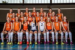 08-12-2017 NED: Reportage pre jeugd Oranje meisjes, Arnhem<br /> Teamfoto Oranje jeugd meisjes seizoen 2018