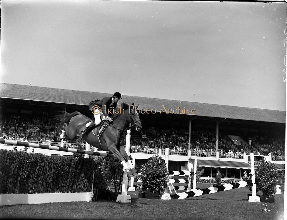 "02/08/1960<br /> 08/02/1960<br /> 02 August 1960<br /> R.D.S Horse Show Dublin (Tuesday). David Broome, Great Britain, on ""Sunsalve"" at the Dublin Horse Show."