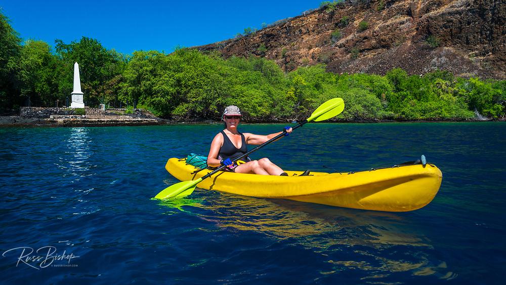 Kayaking at the Captain Cook monument on Kealakekua Bay, Kona Coast, Hawaii USA