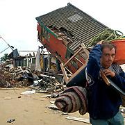 Earthquake in Chile 8.8<br /> Séisme et tsunami au Chili.<br /> Chili 1  mars  2010.<br /> <br /> Village de DICHATO <br /> <br /> PHOTO: FRANCISCO ARIAS<br /> <br /> Il ya des villages complètement détruits<br /> Les pillages et les vols qualifiés dans les zones les plus touchées.<br /> <br /> Dans la ville côtière de tout Dichato disparu effets de Sunami.<br /> Les morts et plus de 800 personnes en total .
