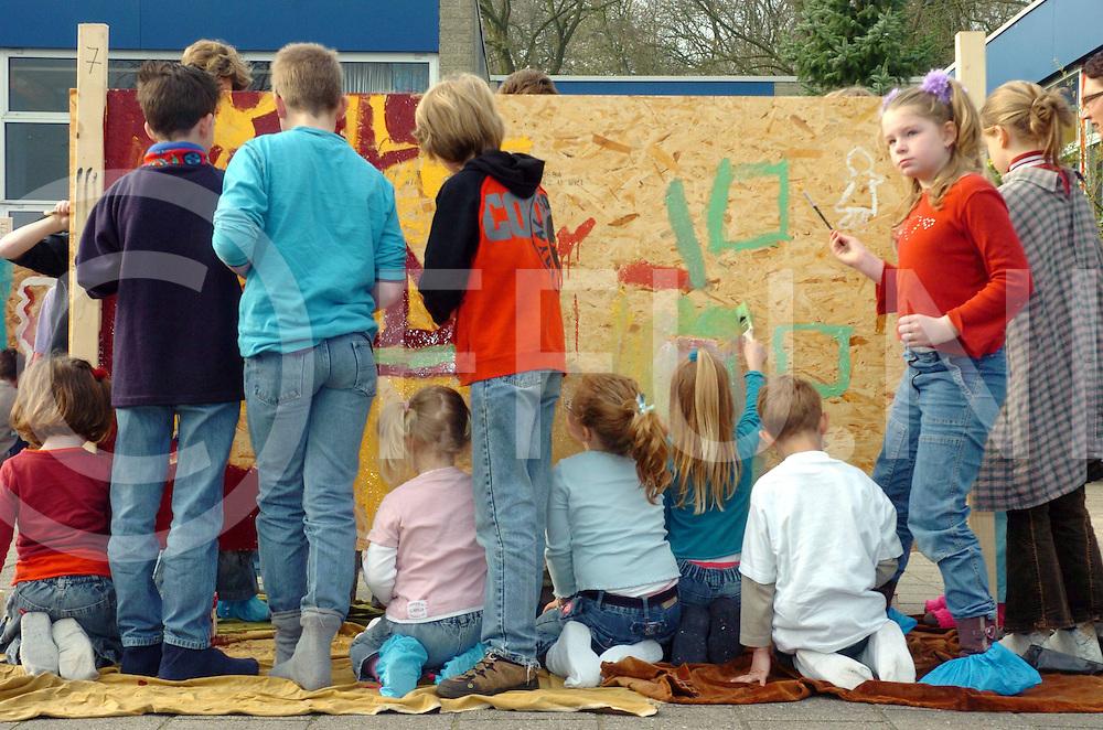 HELLENDOORN<br /> Schutting schilderen door leerlingen van de Blenke in het kader van een kunstproject.<br /> foto: onder en bovenbouw werkten gezamelijk aan de schuttingen<br /> Editie: NY1<br /> fotografie frank uijlenbroek&copy;2006frank uijlenbroek<br /> TT20060424