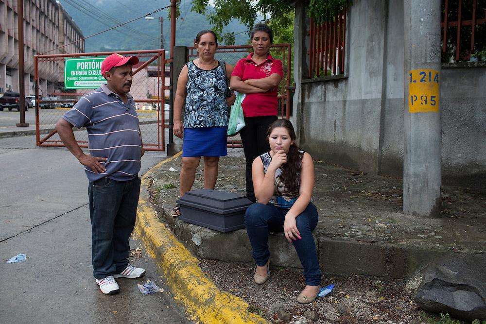 San Pedro Sula, Honduras<br /> <br /> Utanf&ouml;r sjukhuset v&auml;ntar en familj p&aring; transport. Deras barn har avlidit.<br /> <br /> <br /> <br /> Photo: Niclas Hammarstr&ouml;m