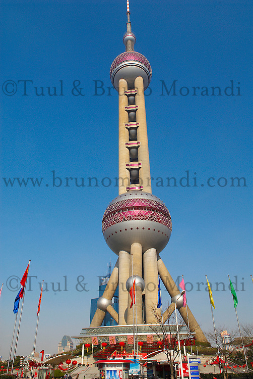 Chine. Shanghai. Tour Oriental Pearl TV. // China. Shanghai. Oriental Pearl TV Tower in Pudong.