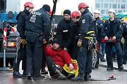 """Als Kletterer während der Energiewende-Demonstration in Berlin einen Mast und eine Ampel erklimmen, wertet die Polizei dies als """"Landfriedensbruch"""" - und griff hart durch."""