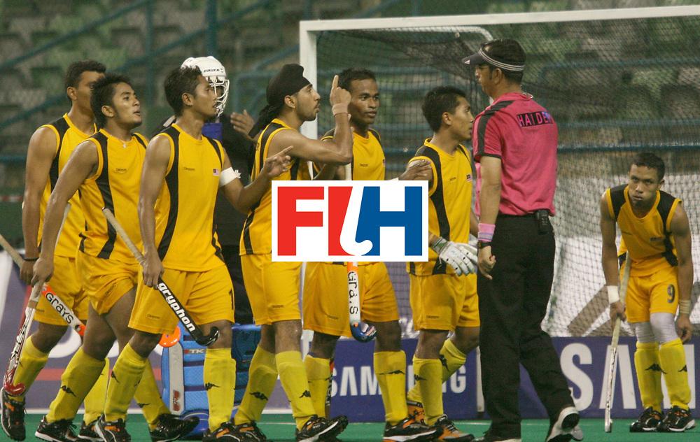 Kuala Lumpur:    Malaysian players seems to not happy with Umpire Zulfiqar Haider in the match against Korea in the Samsung Hockey Men Champions Trophy on 05 Dec 2007.  Korea beat Malaysia 3-2. Photo:GNN/Vino John