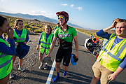 De avondruns van de derde racedag. In Battle Mountain (Nevada) wordt ieder jaar de World Human Powered Speed Challenge gehouden. Tijdens deze wedstrijd wordt geprobeerd zo hard mogelijk te fietsen op pure menskracht. De deelnemers bestaan zowel uit teams van universiteiten als uit hobbyisten. Met de gestroomlijnde fietsen willen ze laten zien wat mogelijk is met menskracht.<br /> <br /> In Battle Mountain (Nevada) each year the World Human Powered Speed ​​Challenge is held. During this race they try to ride on pure manpower as hard as possible.The participants consist of both teams from universities and from hobbyists. With the sleek bikes they want to show what is possible with human power.