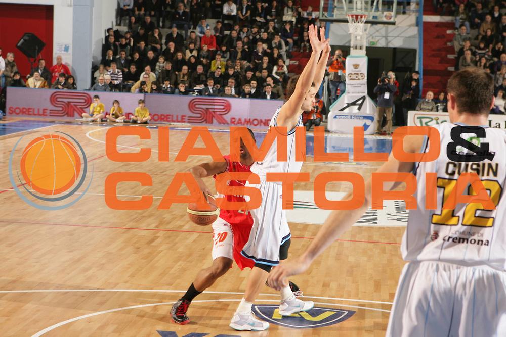 DESCRIZIONE : Cremona Lega A 2009-10 Vanoli Cremona Cimberio Varese<br /> GIOCATORE : Reynolds&nbsp;James<br /> SQUADRA : Cimberio Varese <br /> EVENTO : Campionato Lega A 2009-2010 <br /> GARA : Vanoli Cremona Cimberio Varese<br /> DATA : 16/01/2010<br /> CATEGORIA : Equilibrio<br /> SPORT : Pallacanestro <br /> AUTORE : Agenzia Ciamillo-Castoria/D.Vigni<br /> Galleria : Lega Basket A 2009-2010 <br /> Fotonotizia : Cremona Lega A 2009-10 Vanoli Cremona Cimberio Varese<br /> Predefinita :
