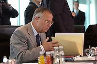 07 JUL 2004, BERLIN/GERMANY:<br /> Hans Eichel, SPD, Bundesfinanzminister, liest in seinen Unterlagen, vor Beginn der Sitzung des Bundeskabinetts, Bundeskanzleramt<br /> IMAGE: 20040707-01-022<br /> KEYWORDS: Sitzung, Kabinett, Akte, Akten, lesen
