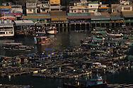 Hong Kong. Sok Kwu Wan: fish farm  Aberdeen  Lama Island       /  Sok Kwu Wan élevage poissons au fond Aberdeen  /  l'ile des restaurants face à Aberdeen  /  restaurants à Sok Kwu Wan sur l'ile de  Lama, et élevage de poissons  Lama Island      /  R94/34    L1039  /  R00094  /  P0001944