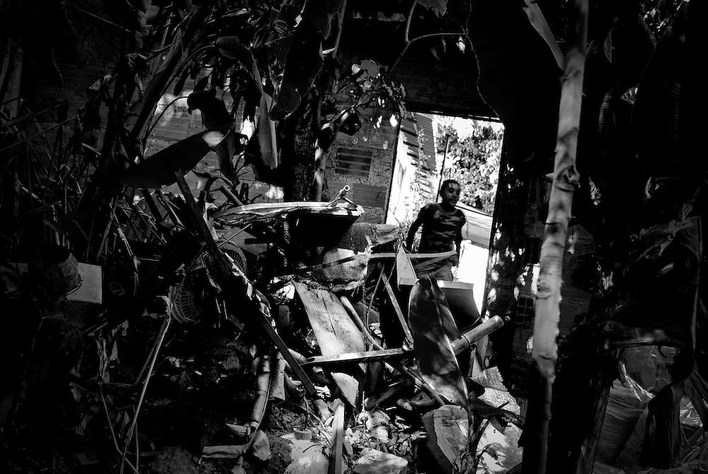 URBE SIGILOSA.Photography by Aaron Sosa.La Pastora, Caracas - Venezuela 2009.(Copyright © Aaron Sosa)
