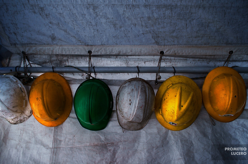 Ex trabajadores de Luz y Fuerza del Centro resguardan las turbinas y jets de las instalaciones de Turbogas Lecher&iacute;a, en un plant&oacute;n &quot;aut&oacute;nomo&quot;  de los intentos de saqueo por parte de personal de CFE y polic&iacute;as.  <br /> El plant&oacute;n fue desalojado por polic&iacute;as durante las fiestas navide&ntilde;as. Diciembre de 2009. (Foto: Prometeo Lucero)