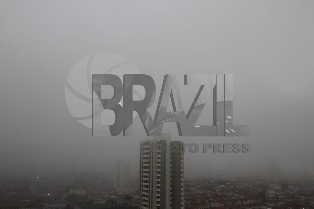 SÃO PAULO, SP, 07/05/2013, NEBLINA. São Paulo amanheceu sob um forte neblina, foto feita na região da Mooca. LUIZ GUARNIERI/ BRAZIL PHOTO PRESS.