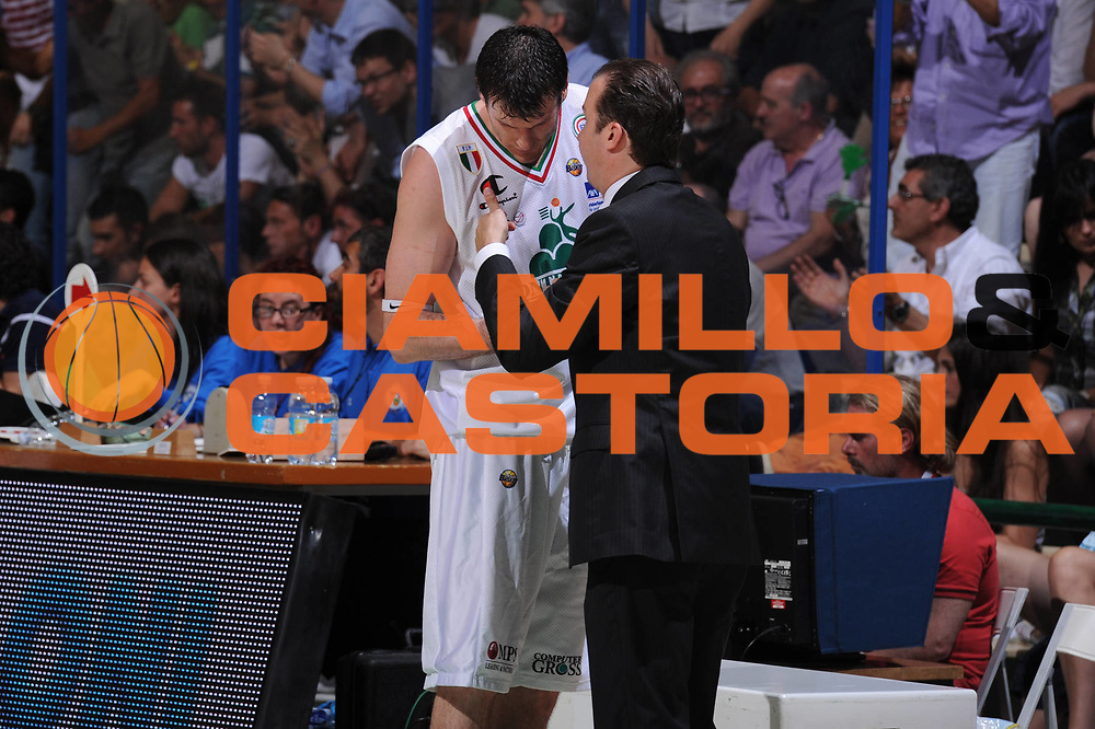 DESCRIZIONE : Siena Lega A 2011-12 Montepaschi Siena EA7 Emporio Armani Milano Finale scudetto gara 2<br /> GIOCATORE : Simone Pianigiani Kristof Lavrinovic<br /> CATEGORIA : Ritratto<br /> SQUADRA : <br /> EVENTO : Campionato Lega A 2011-2012 Finale scudetto gara 2<br /> GARA : Montepaschi Siena EA7 Emporio Armani Milano<br /> DATA : 11/06/2012<br /> SPORT : Pallacanestro <br /> AUTORE : Agenzia Ciamillo-Castoria/GiulioCiamillo<br /> Galleria : Lega Basket A 2011-2012  <br /> Fotonotizia : Siena Lega A 2011-12 Montepaschi Siena EA7 Emporio Armani Milano Finale scudetto gara 2<br /> Predefinita :