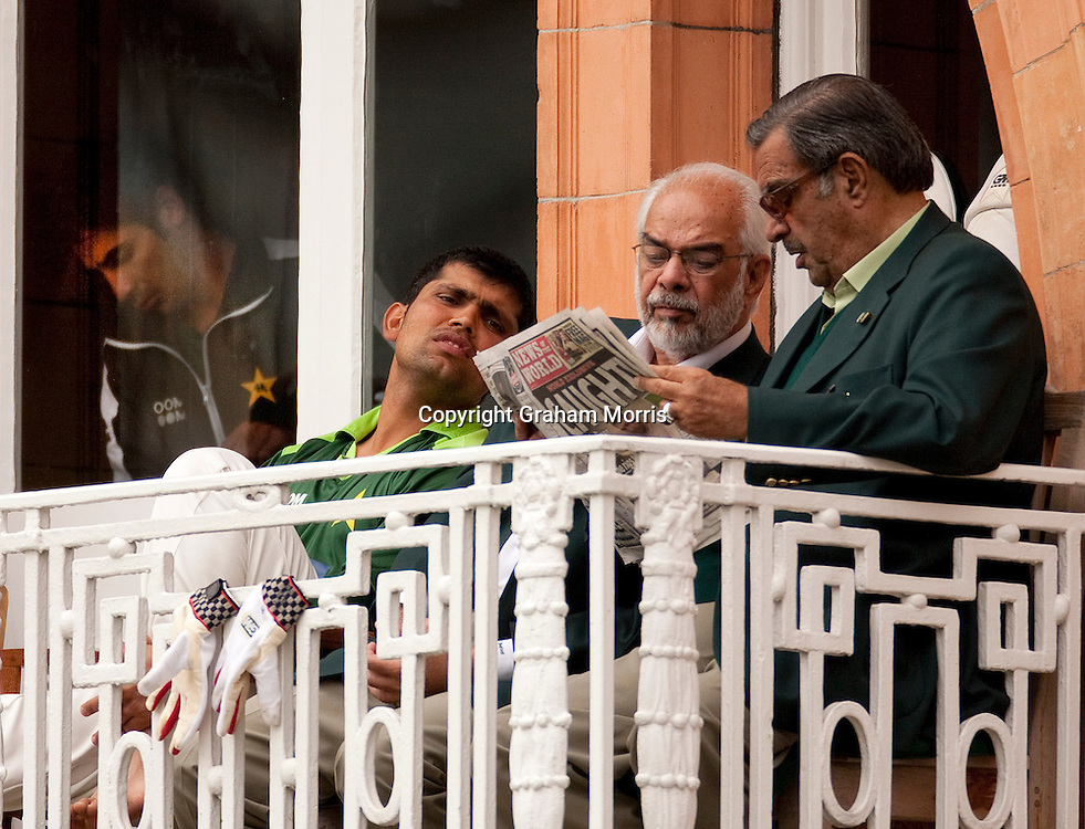 Pakistan manager Yawar Saeed (right), Assistant Manager Shafqat Rana and Kamran Akmal (left) reading the News of the World on the team's dressing room balcony after it broke the match fixing scandal during the final npower Test Match against England at Lord's. Captain Salman Butt stands inside the dressing room on the far left. Photo: Graham Morris (Tel: +44(0)20 8969 4192 Email: sales@cricketpix.com) 29/08/10